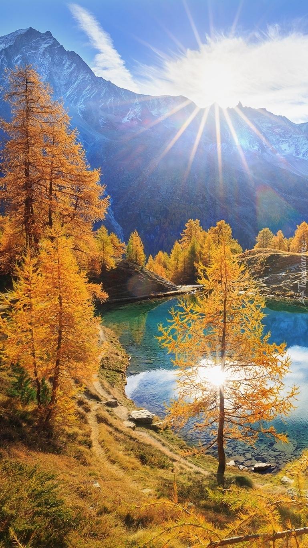 Promienie słońca nad górskim jeziorem