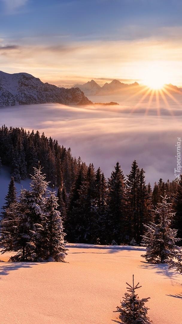 Promienie słońca nad ośnieżonymi górami