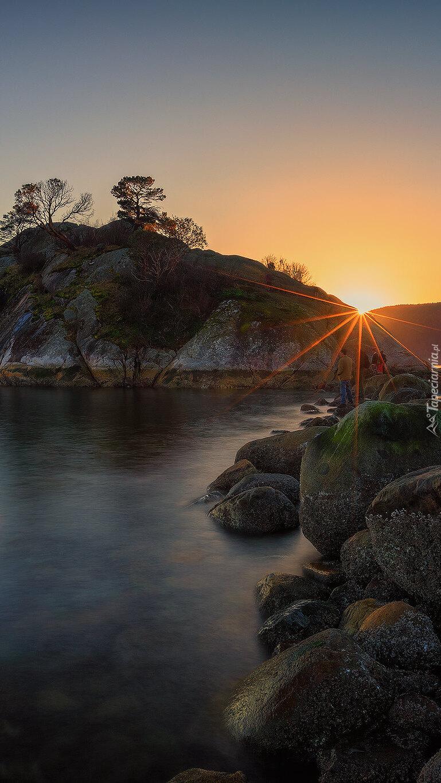 Promienie słońca nad skałą