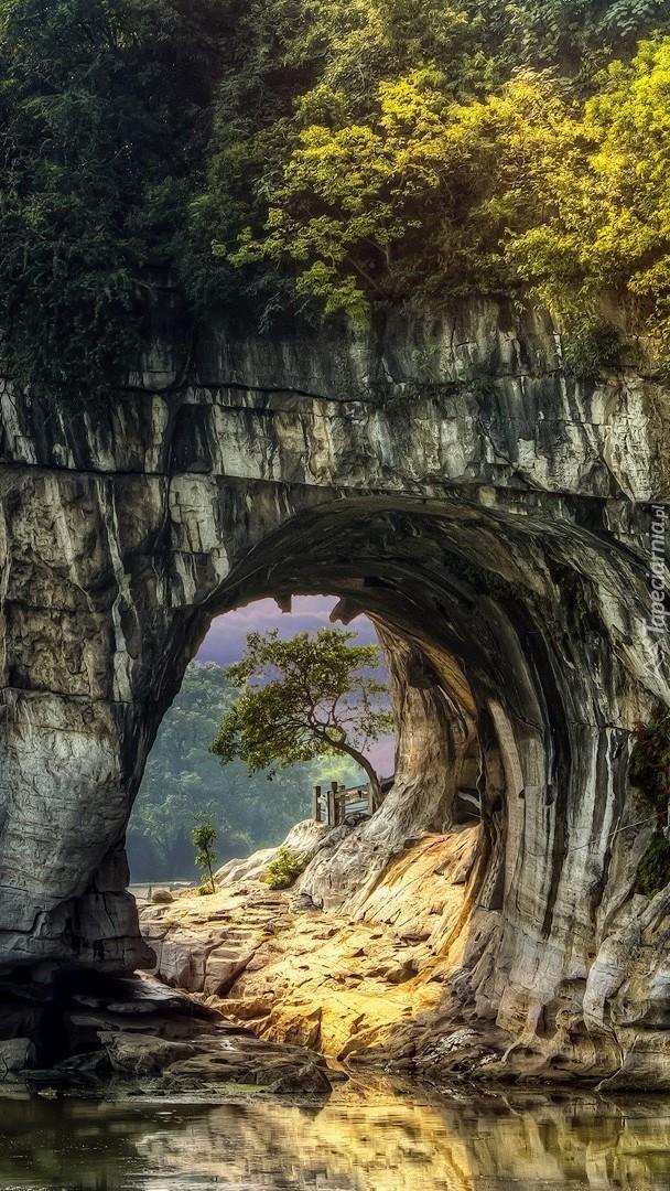 Przez skalne okno