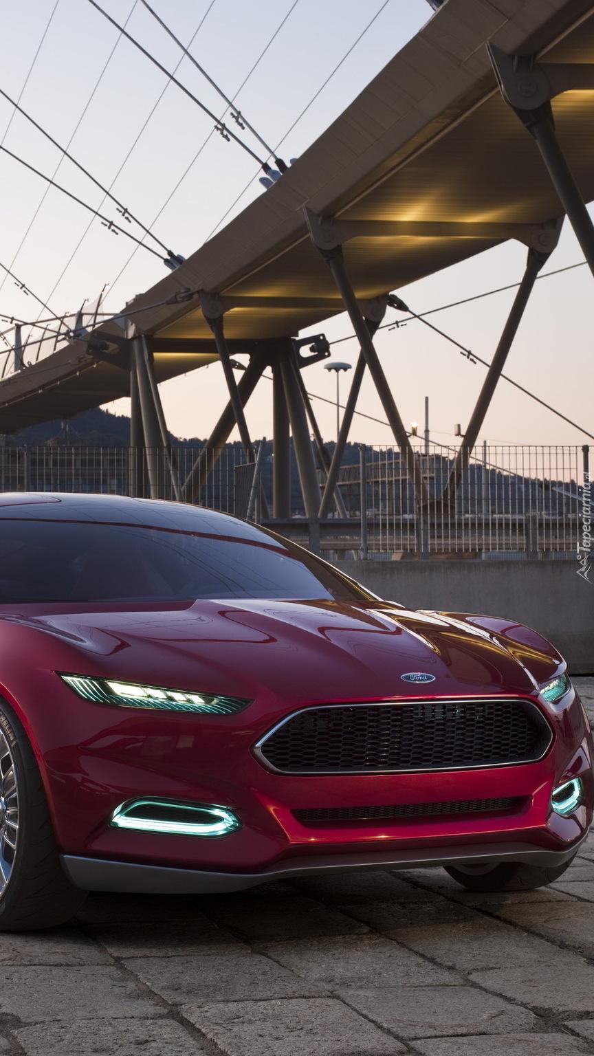 Przód bordowego Forda pod mostem