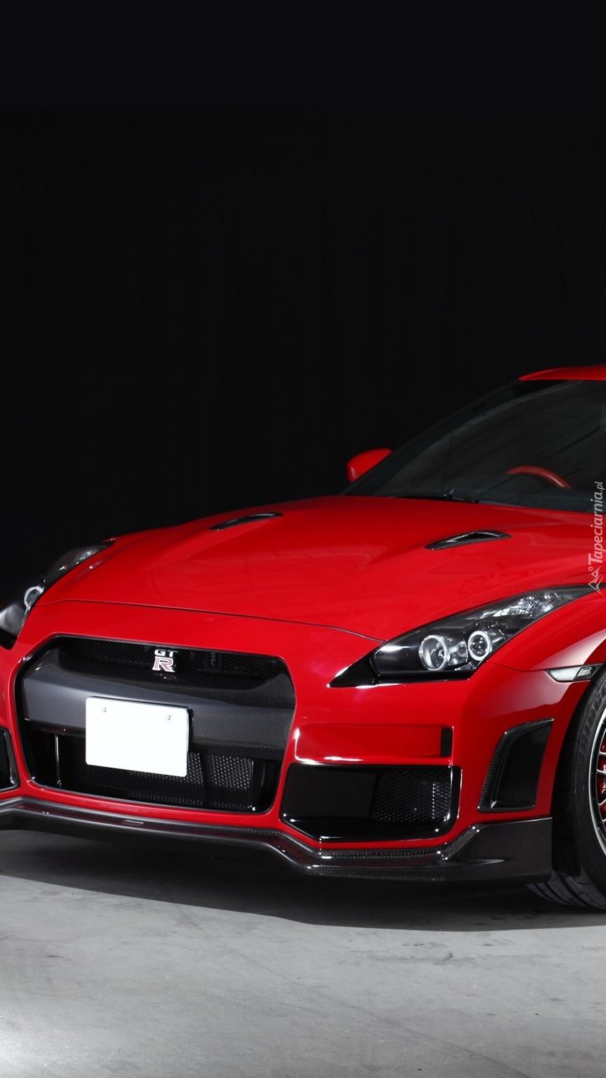 Przód czerwonego Nissana