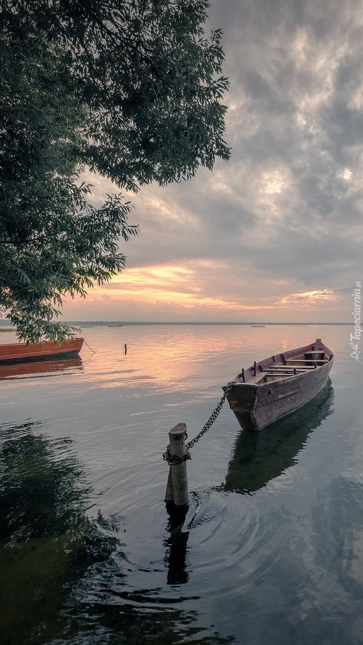Przycumowana łódka na jeziorze Plescheyevo