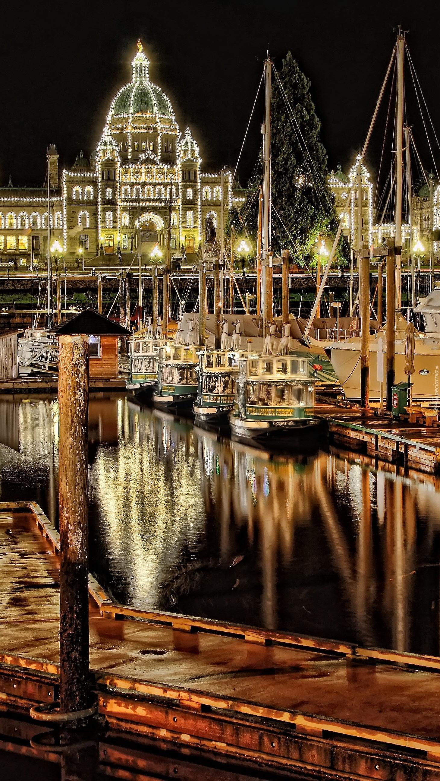Przystań z żaglówkami i jachtami