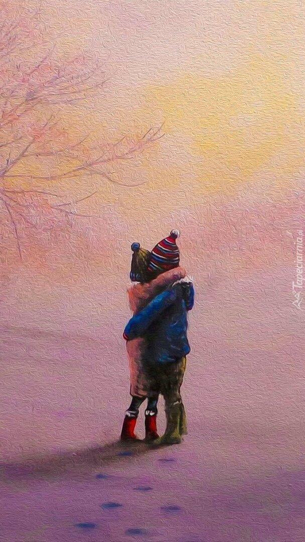Przytulone dzieci na śniegu