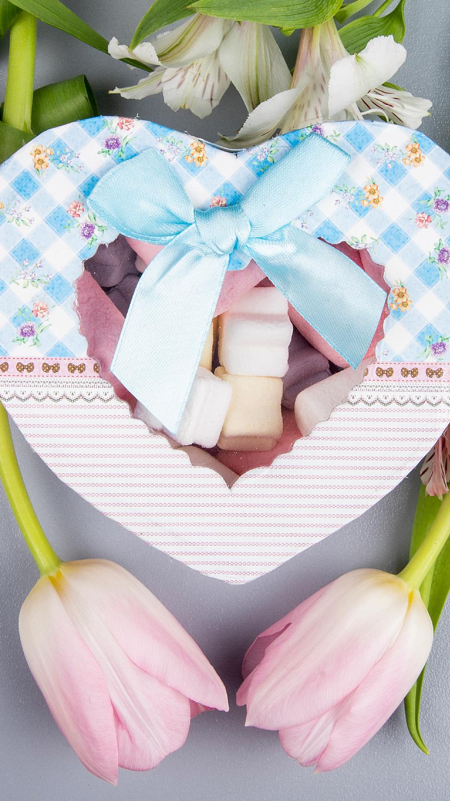 Pudełko w kształcie serca na tulipanach