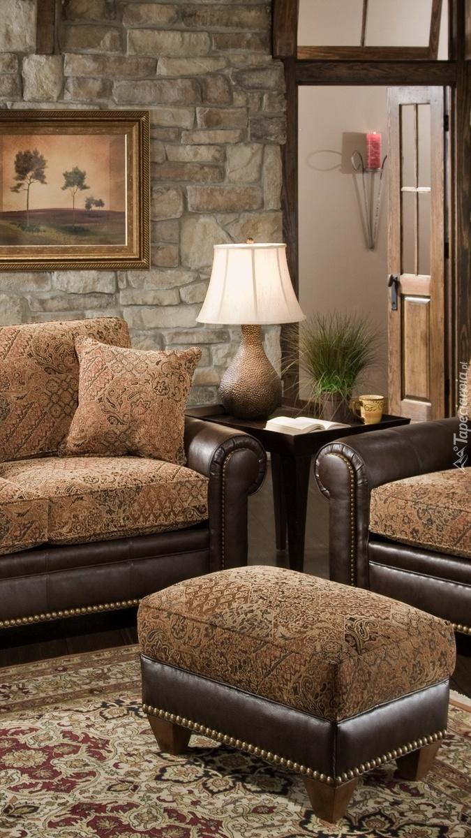 Puf obok kanapy w salonie