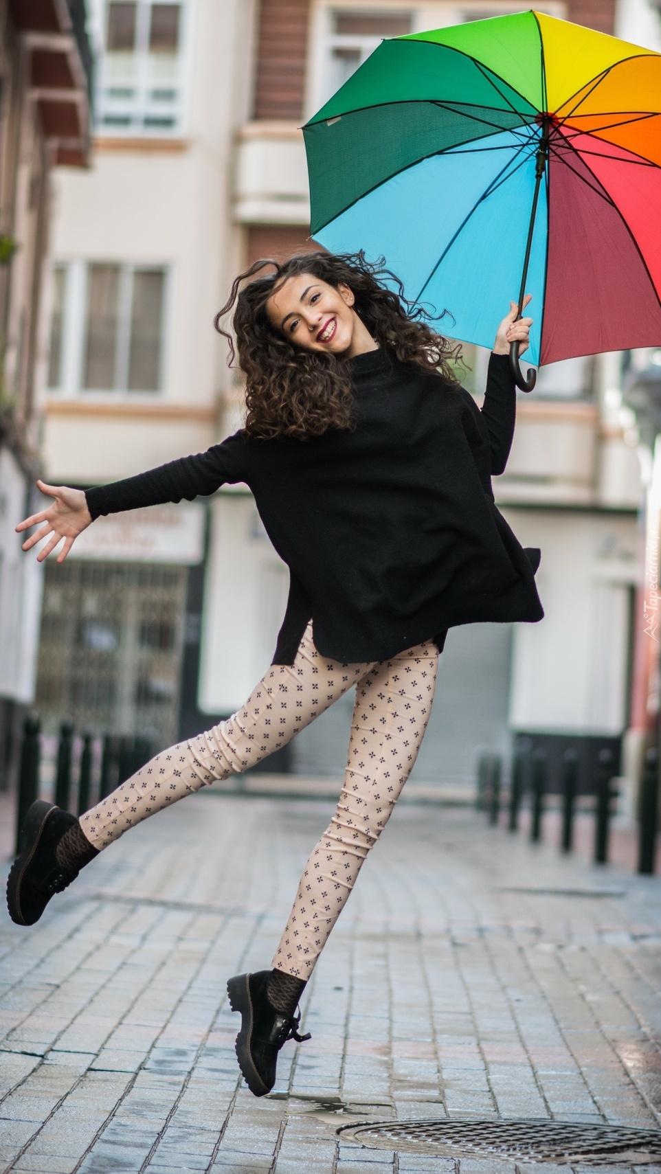 Radosna dziewczyna z parasolem