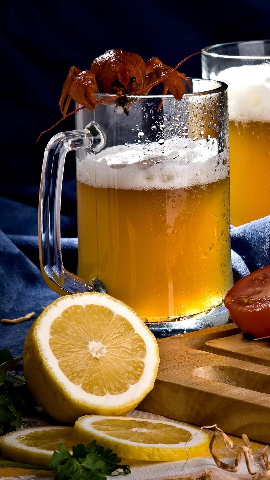 Rak na kuflu z piwem obok cytryny