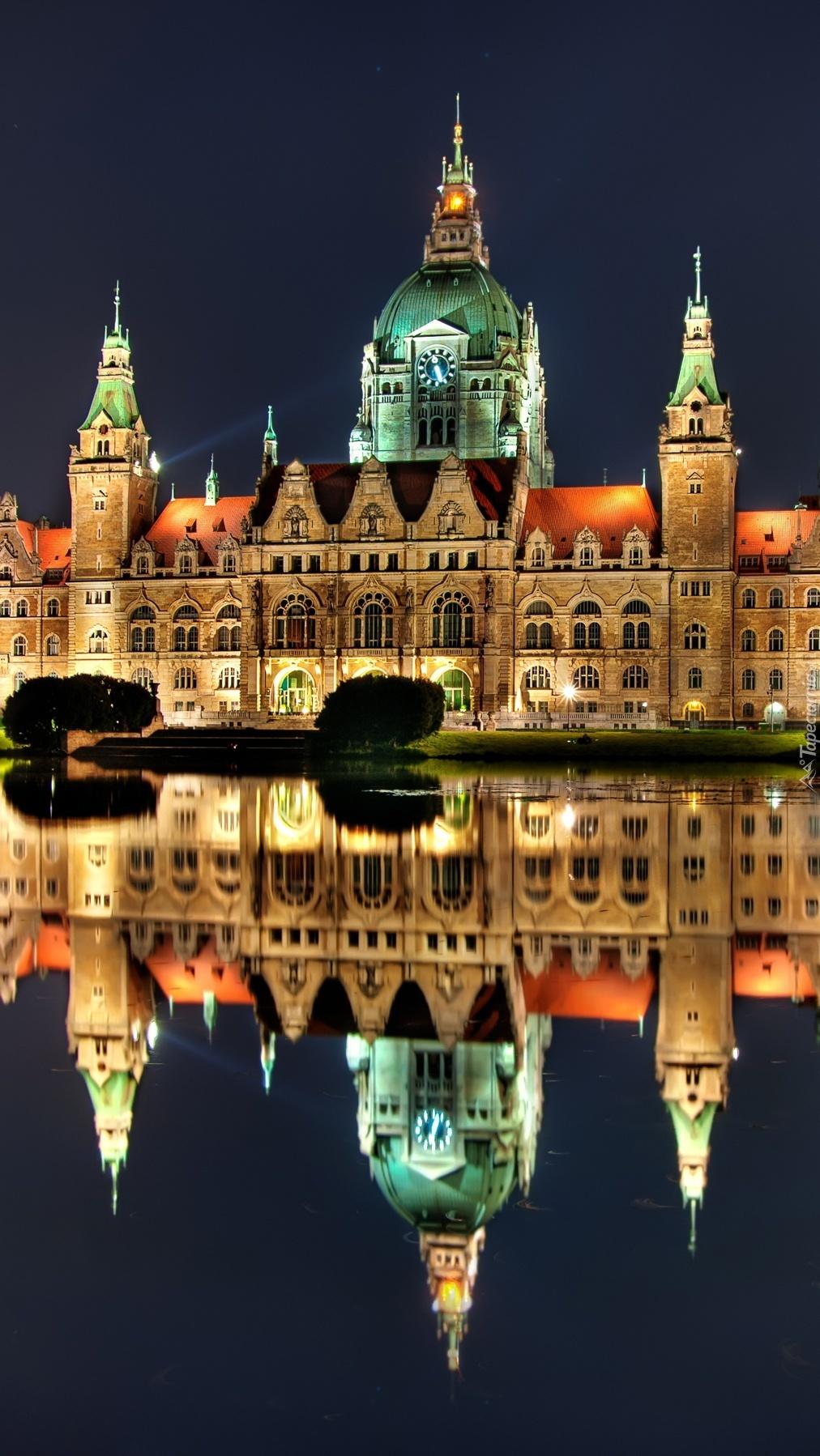 Ratusz w Hanowerze nad jeziorem
