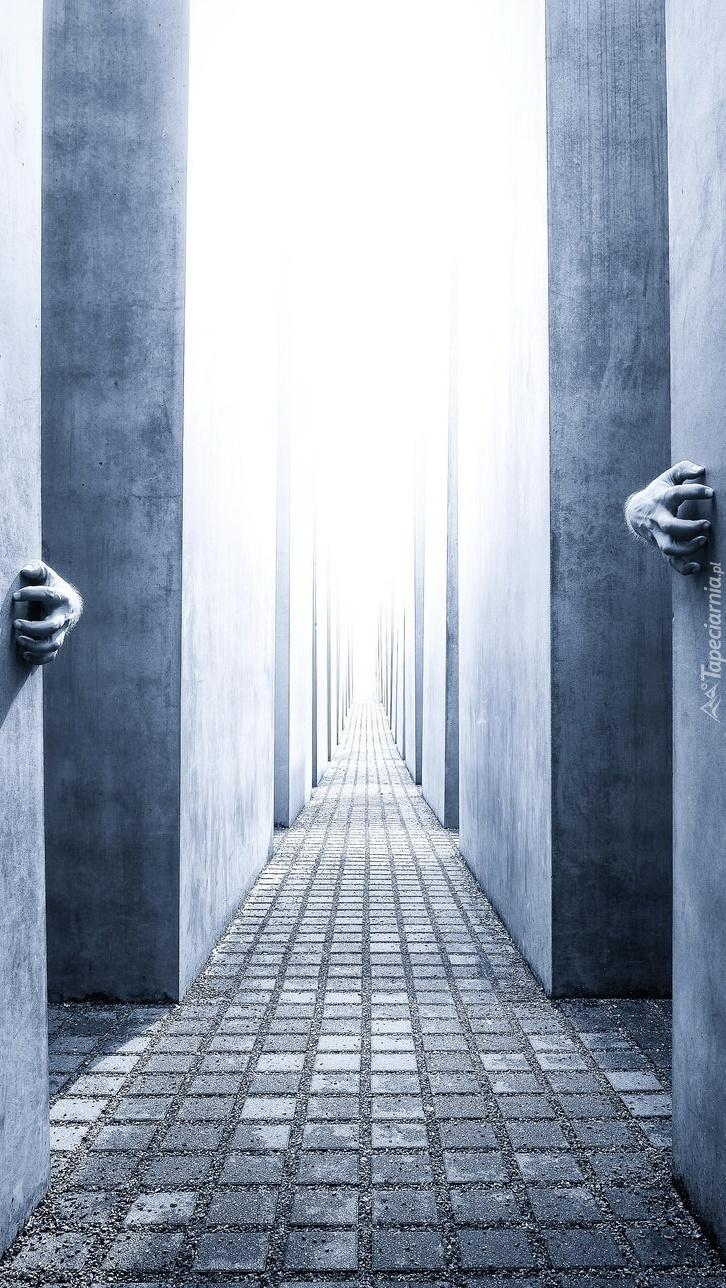Ręce trzymające się ścian korytarza