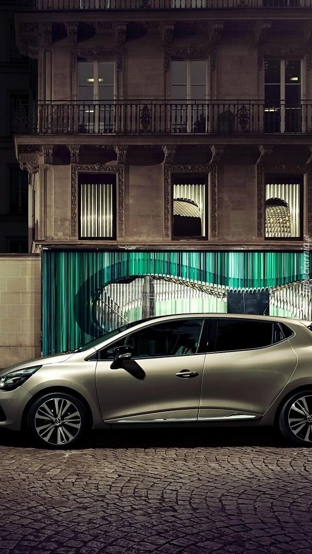 Renault Clio przed domem