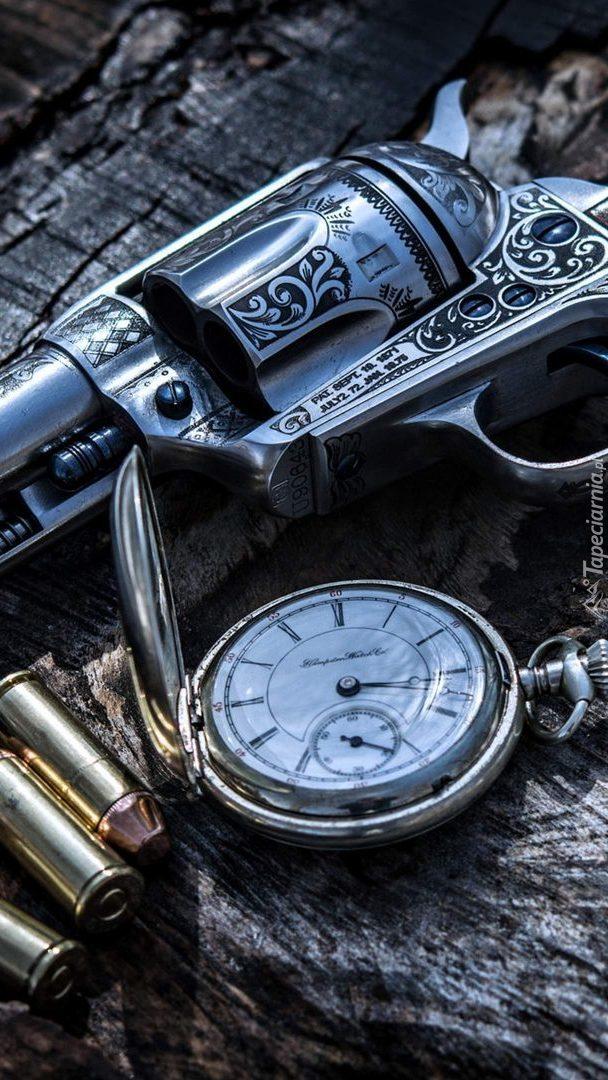 Rewolwer z nabojami i zegarkiem
