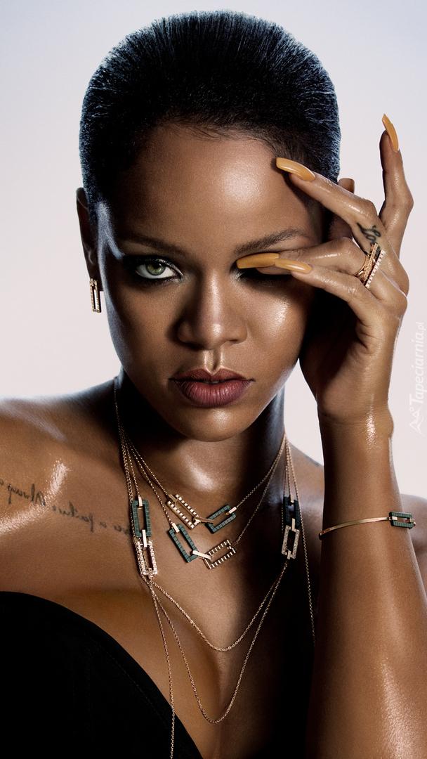 Rihanna w naszyjniku