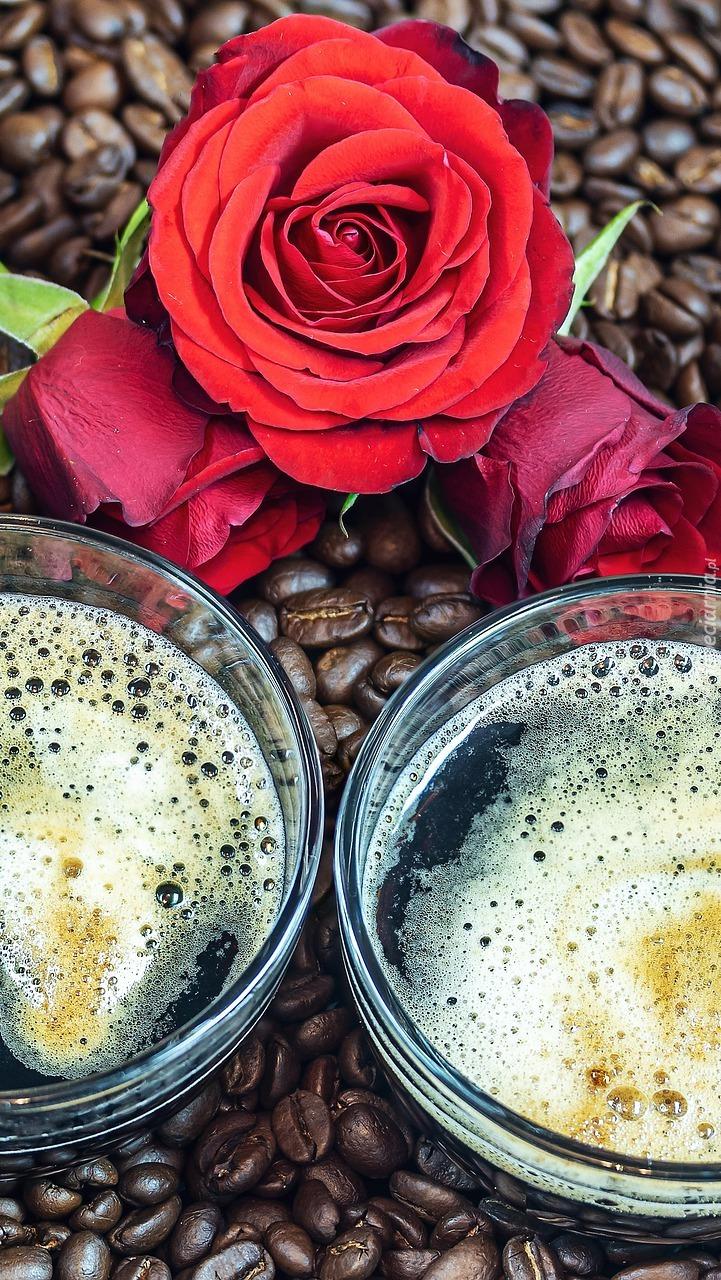 Róża i kubki na ziarnach kawy