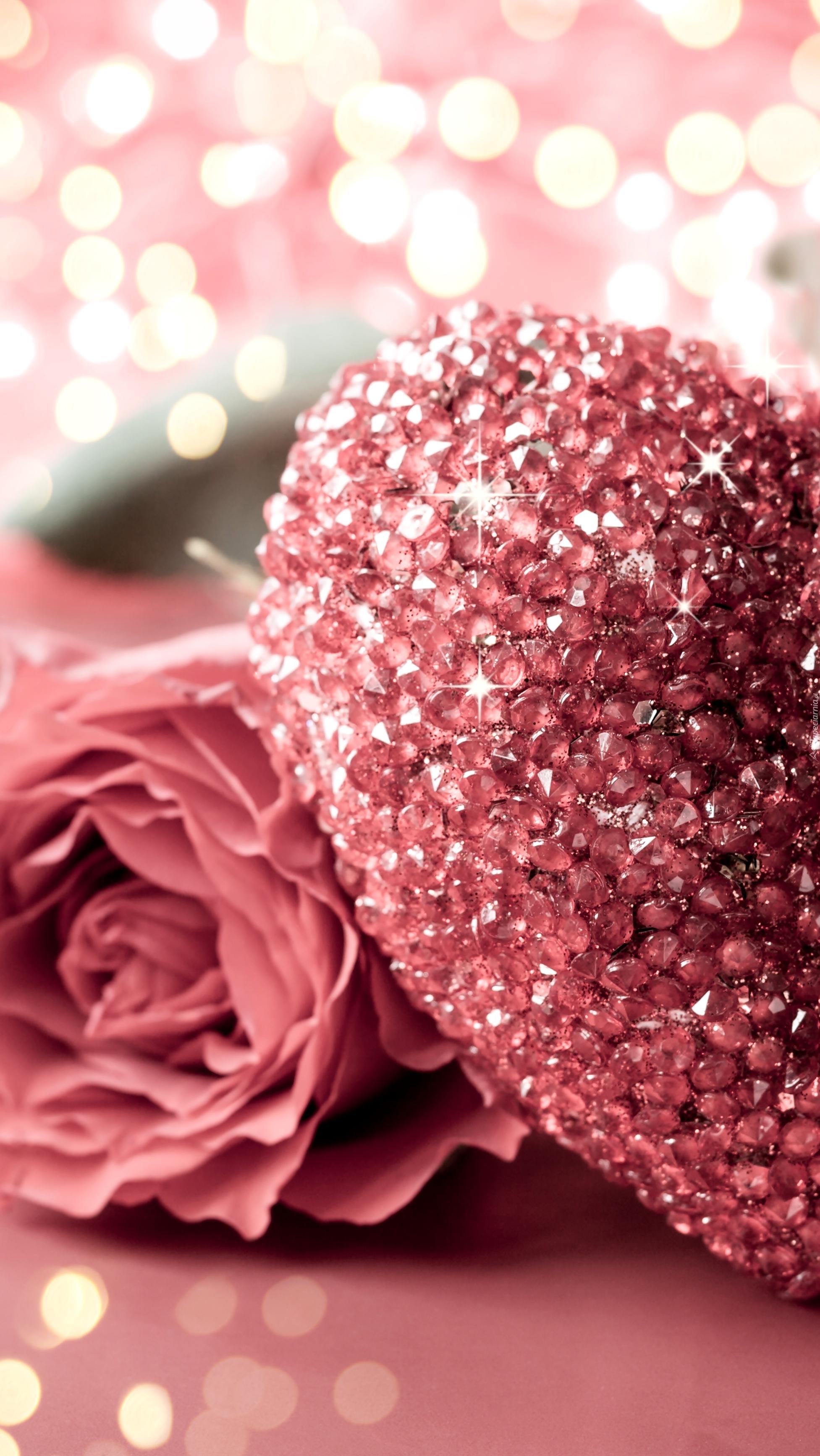 Róża obok serca