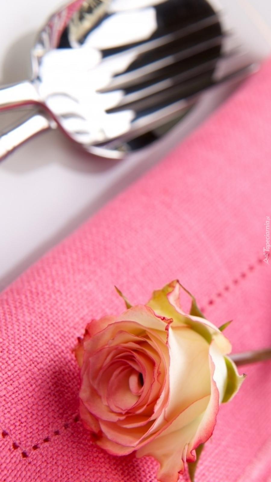 Róża ozdobą stołu