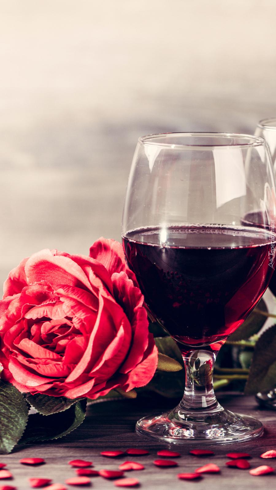 Róża przy kieliszku z winem