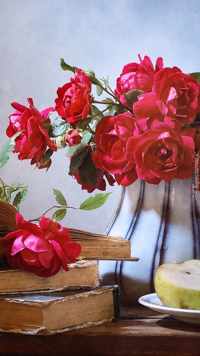 Różany bukiet przy książkach na stoliku