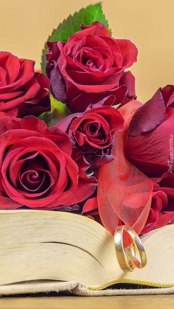 Róże i obrączki na książce