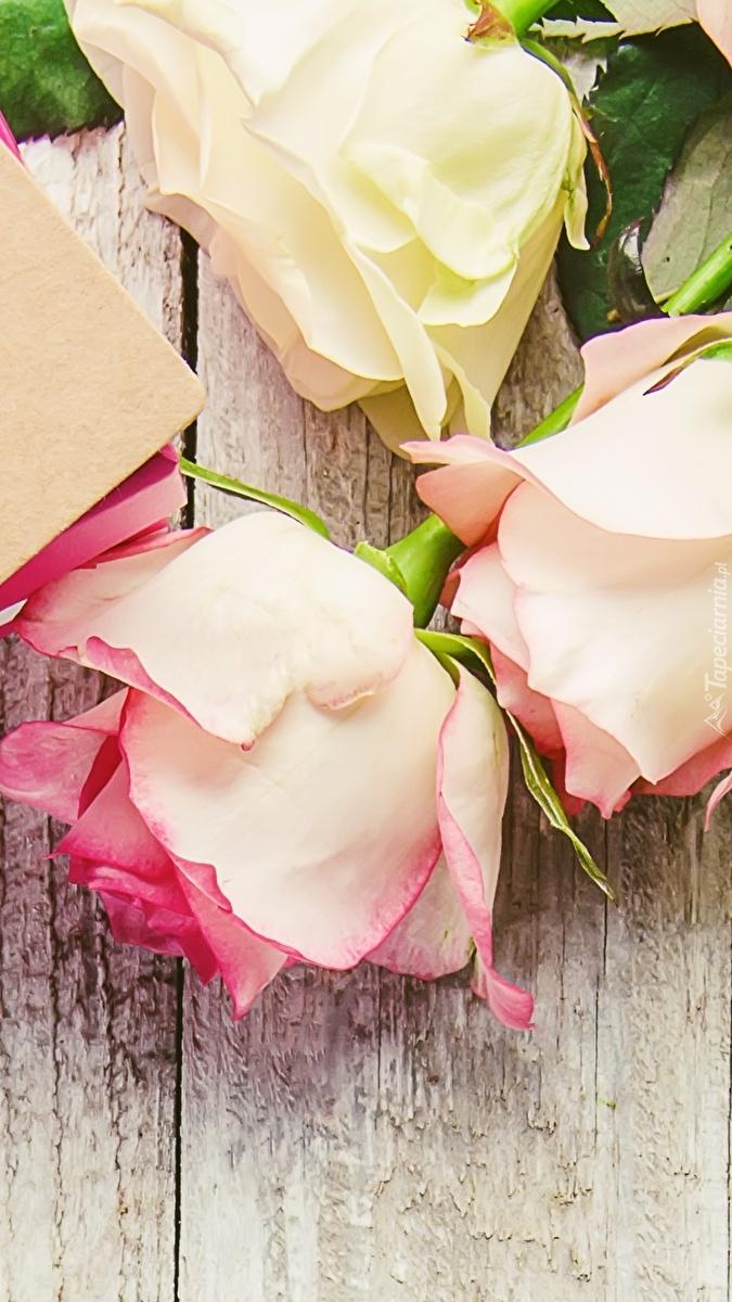 Róże na deskach