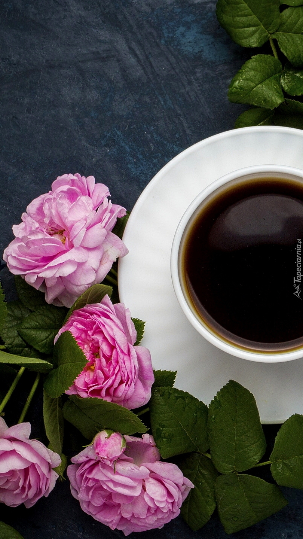 Róże obok filiżanki kawy