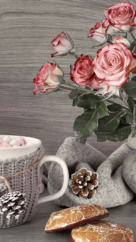 Róże obok kubka z piankami
