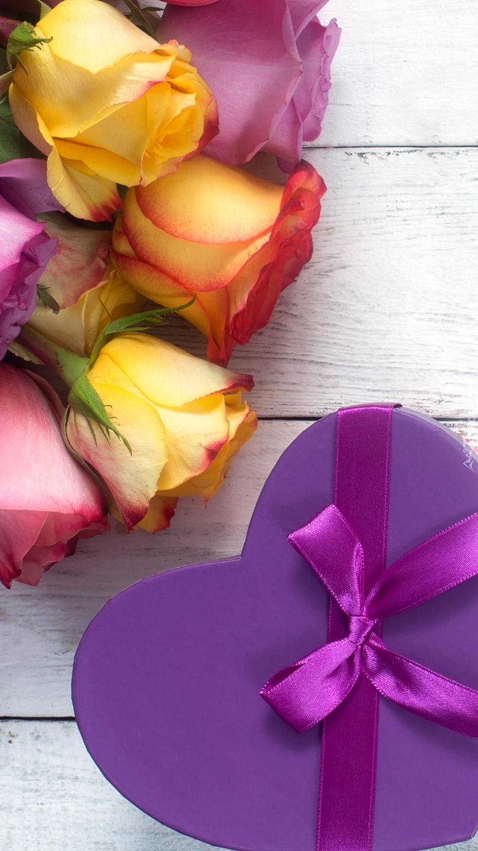 Róże obok pudełka ze wstążką