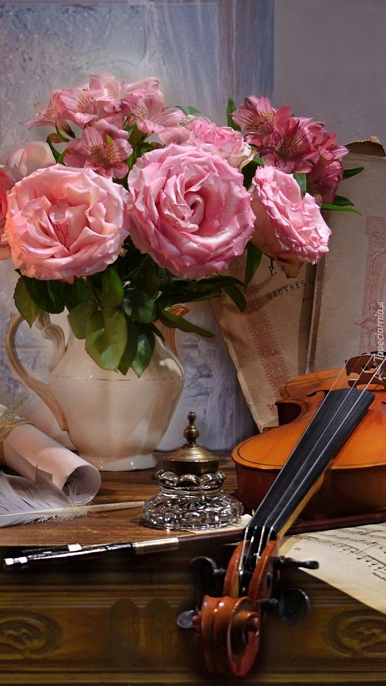 Róże w dzbanku obok skrzypiec