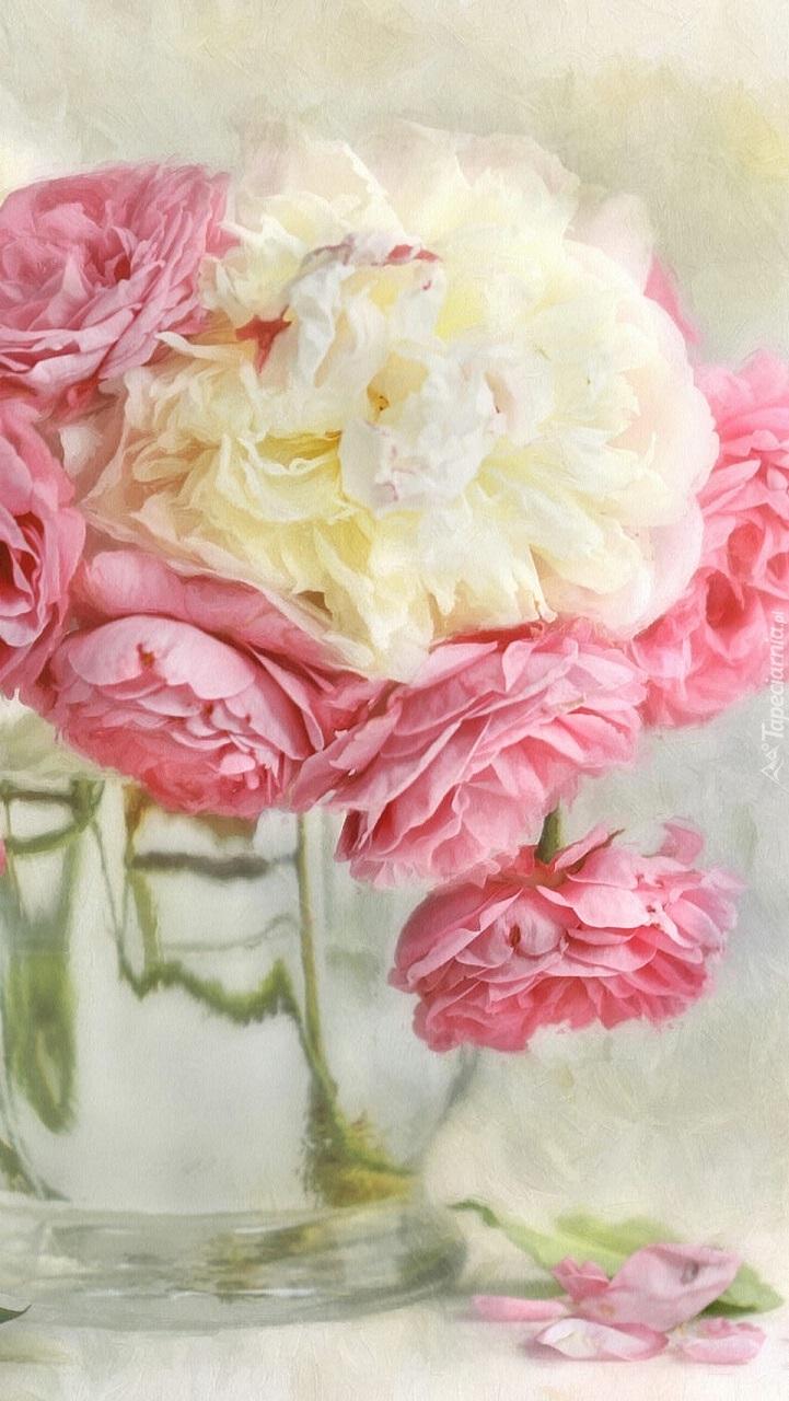 Róże z rozkwitniętą piwonią w wazonie