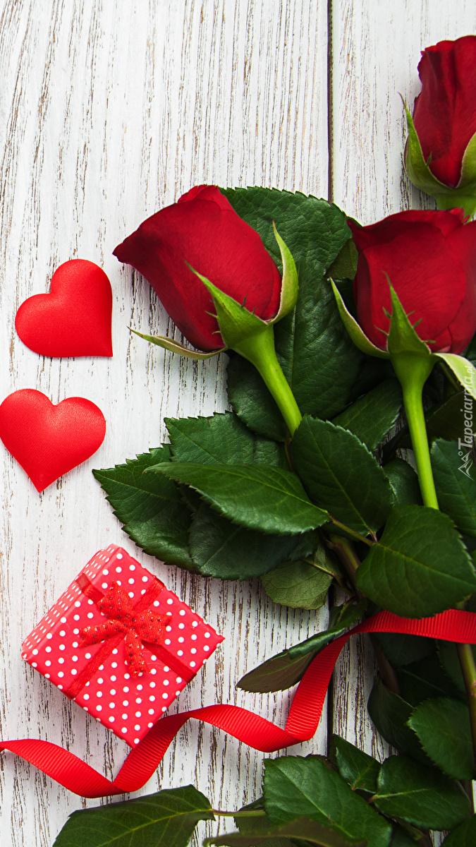Róże z serduszkami i prezentem