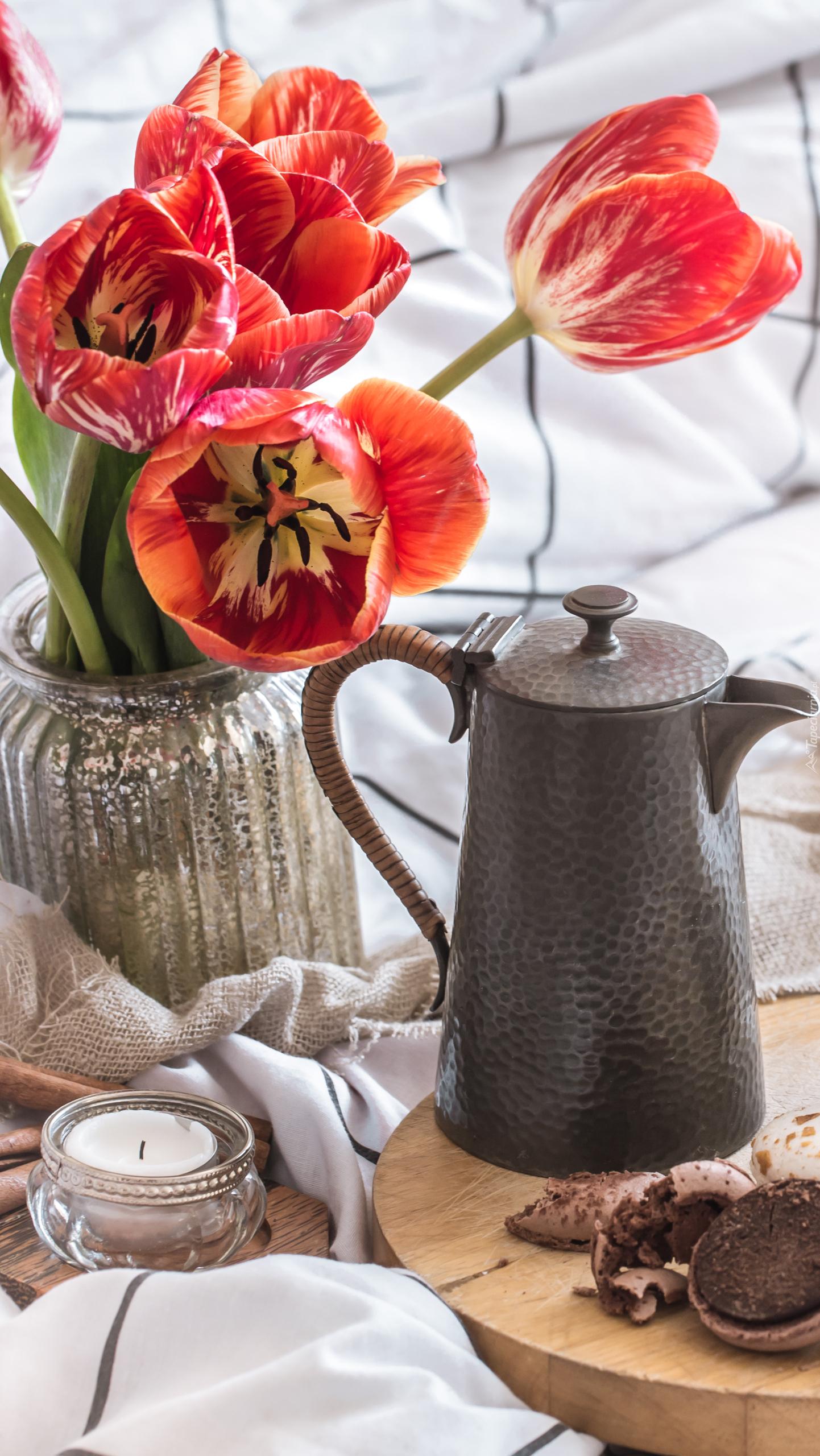 Rozkwitnięte tulipany w wazonie