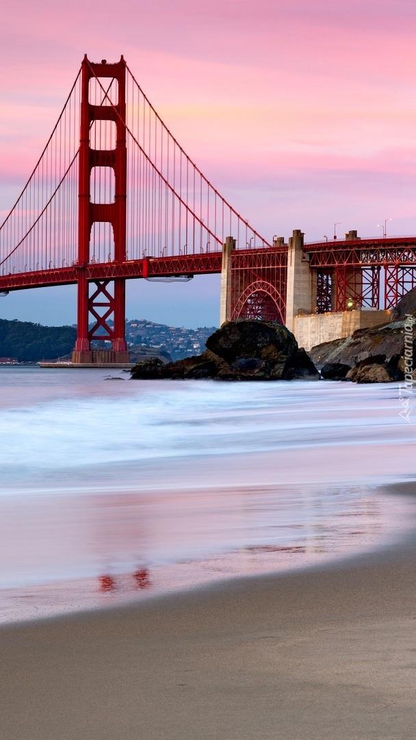 Różowe niebo nad mostem Golden Gate