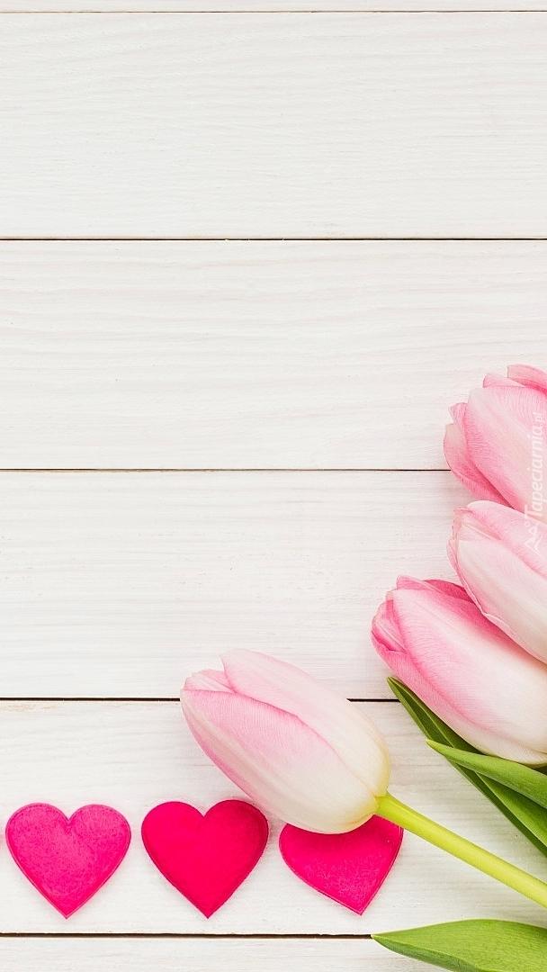 Różowe tulipany i serca