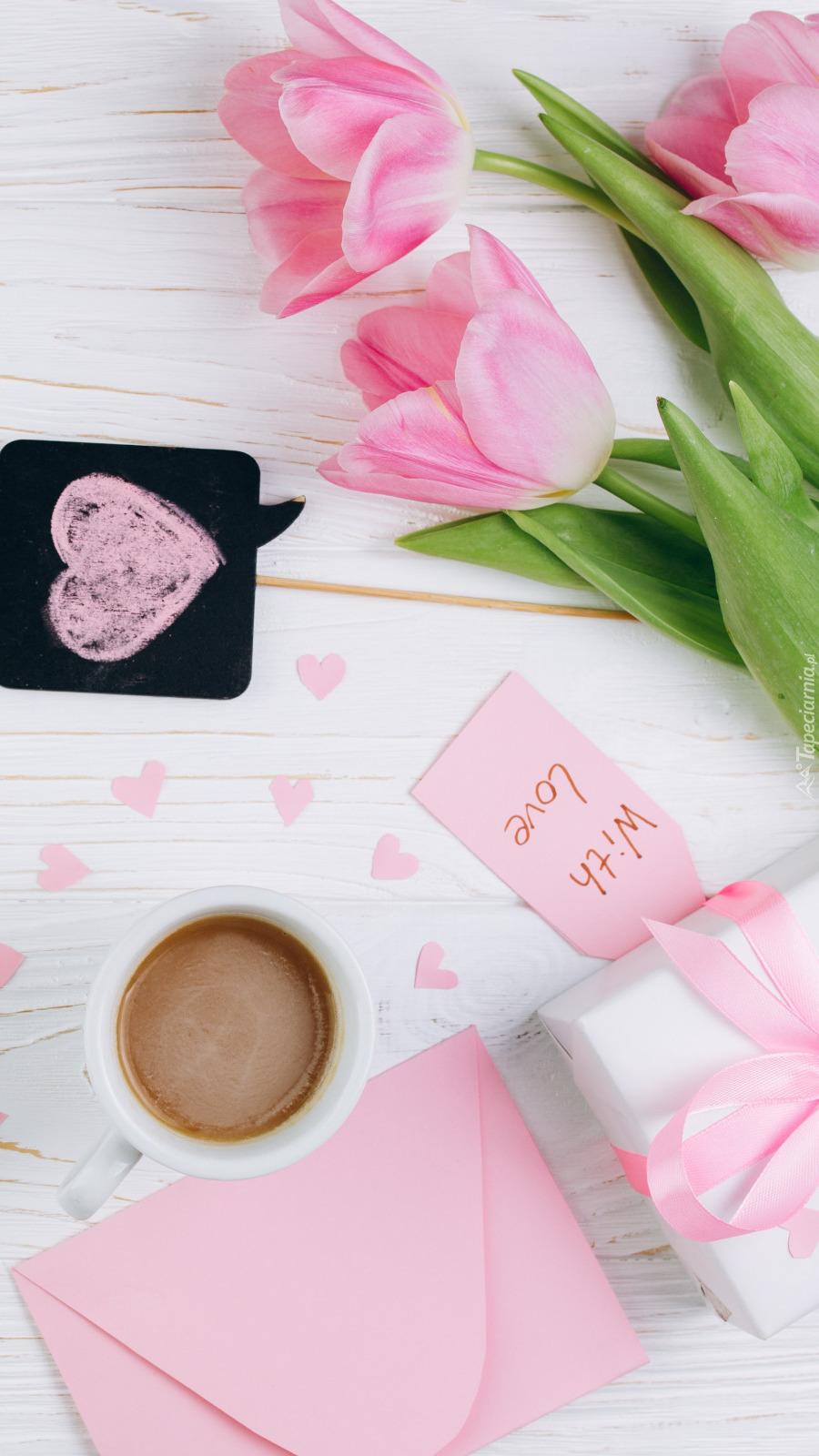 Różowe tulipany obok prezentu