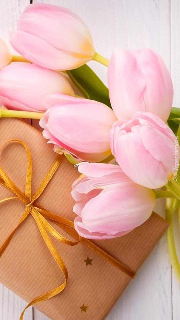 Różowe tulipany z prezentem