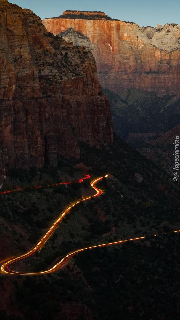 Rozświetlona droga w kanionie