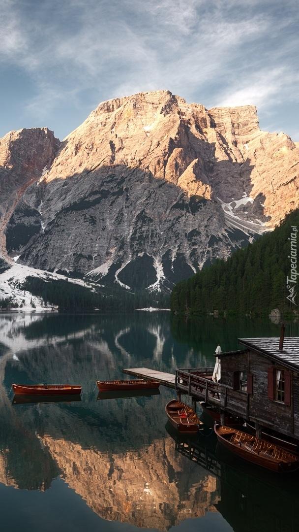 Rozświetlone góry nad jeziorem Pragser Wildsee