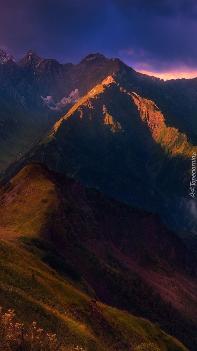 Rozświetlone słońcem szczyty gór