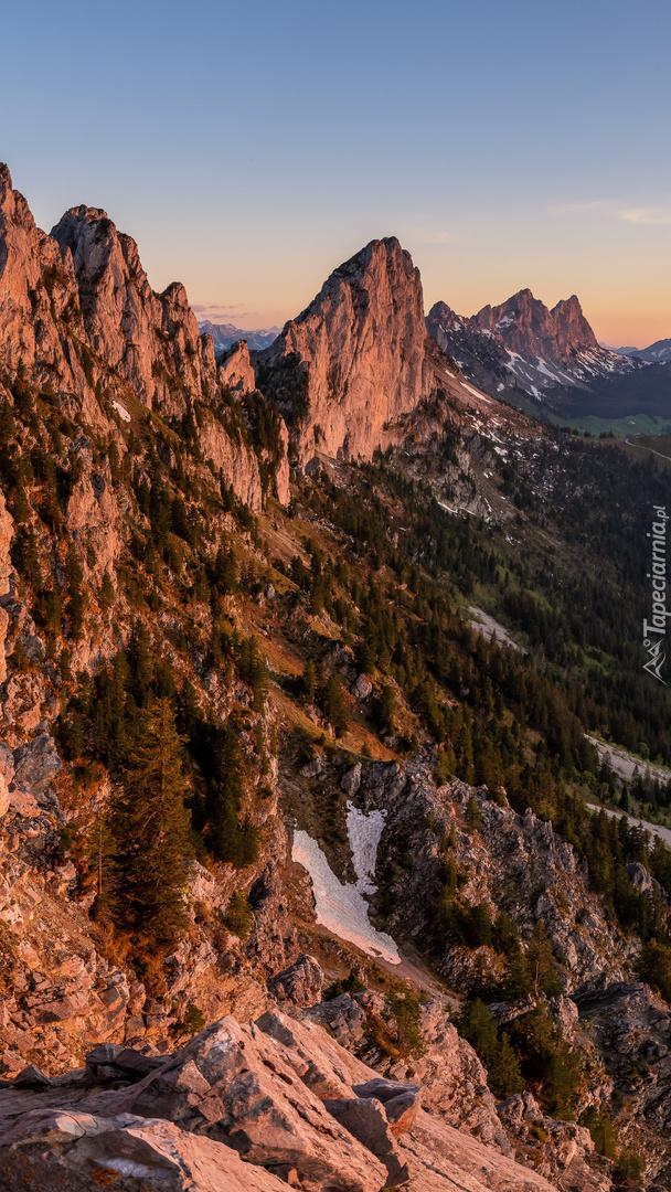 Rozświetlone szczyty gór