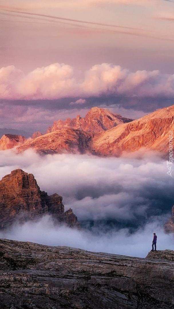 Rozświetlone szczyty zamglonych gór