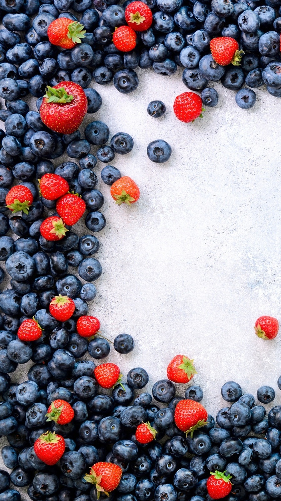 Rozsypane jagody i truskawki