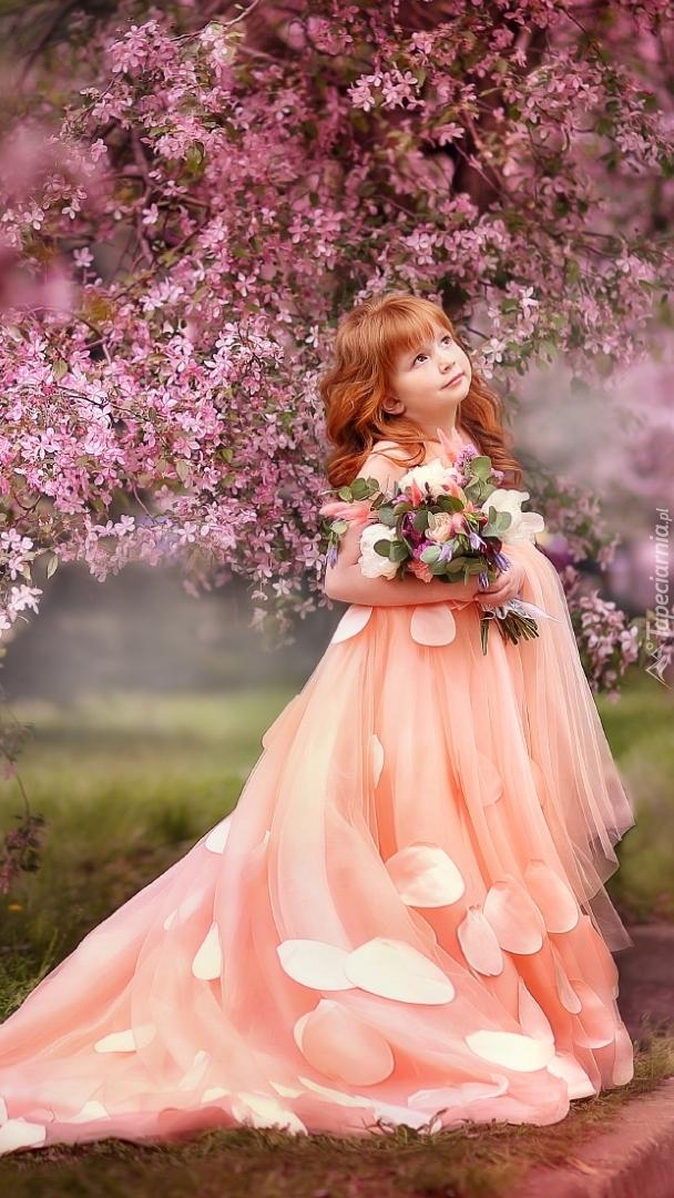 Rudowłosa dziewczynka w długiej sukni