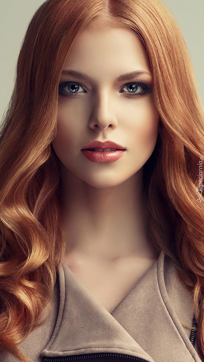 Rudowłosa kobieta w delikatnym makijażu
