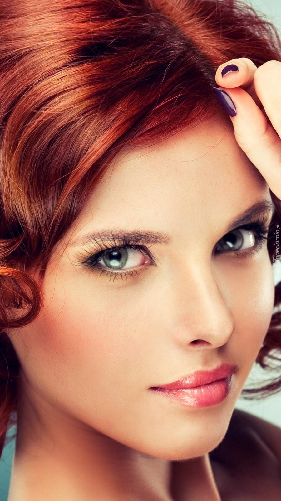 Rudowłosa kobieta w makijażu
