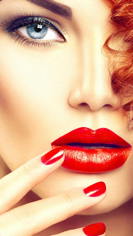 Rudowłosa kobieta z makijażem