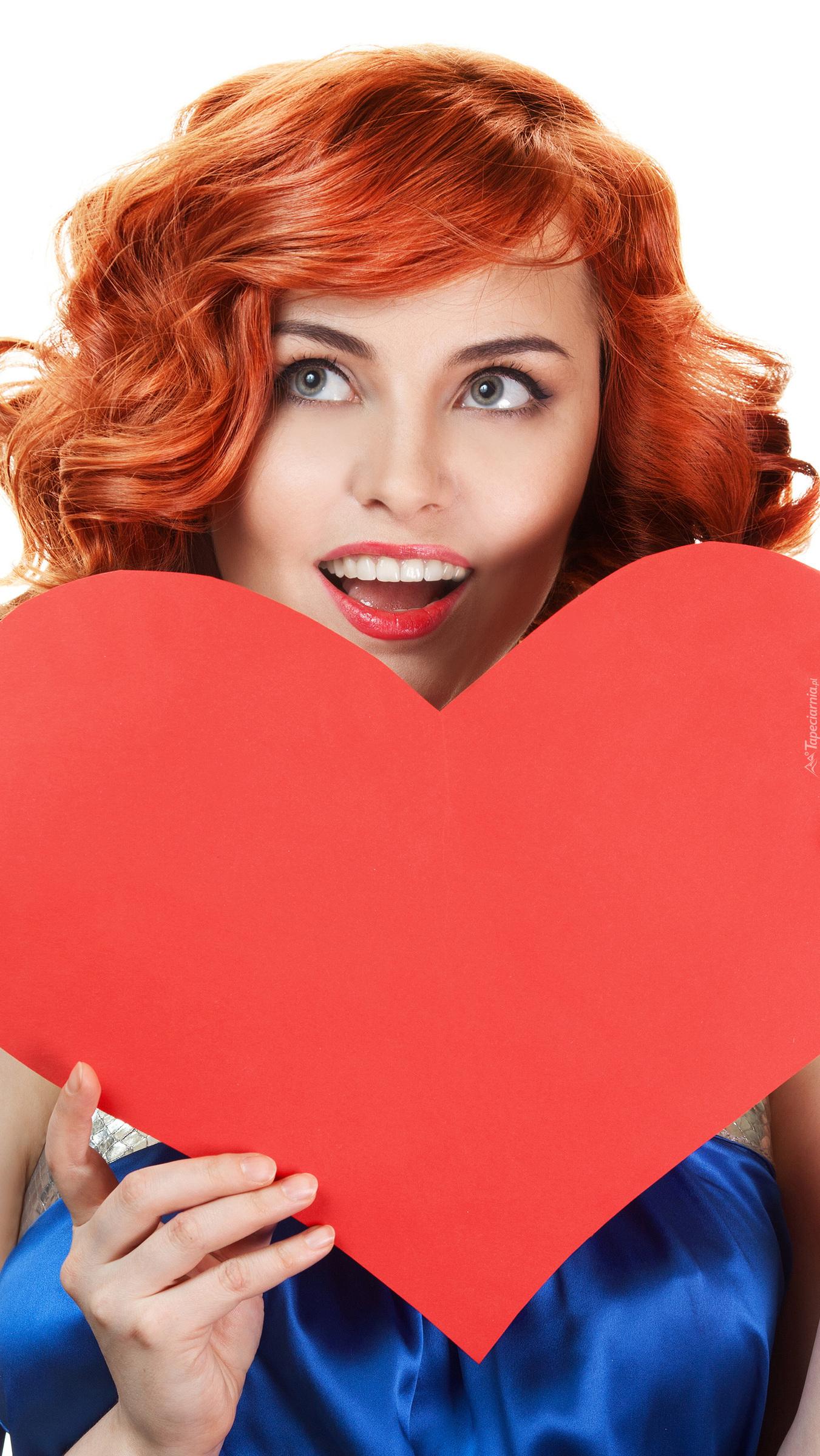 Rudowłosa kobieta z sercem