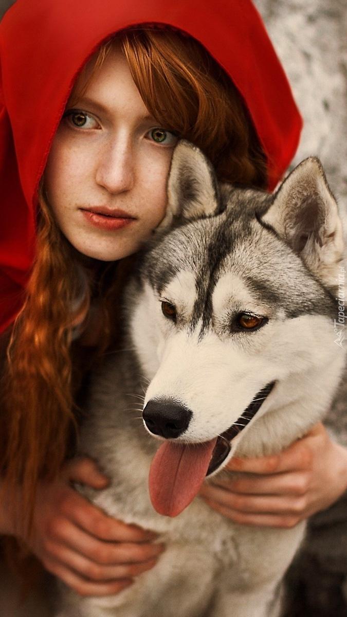 Rudowłosy Czerwony Kapturek z imitacją wilka