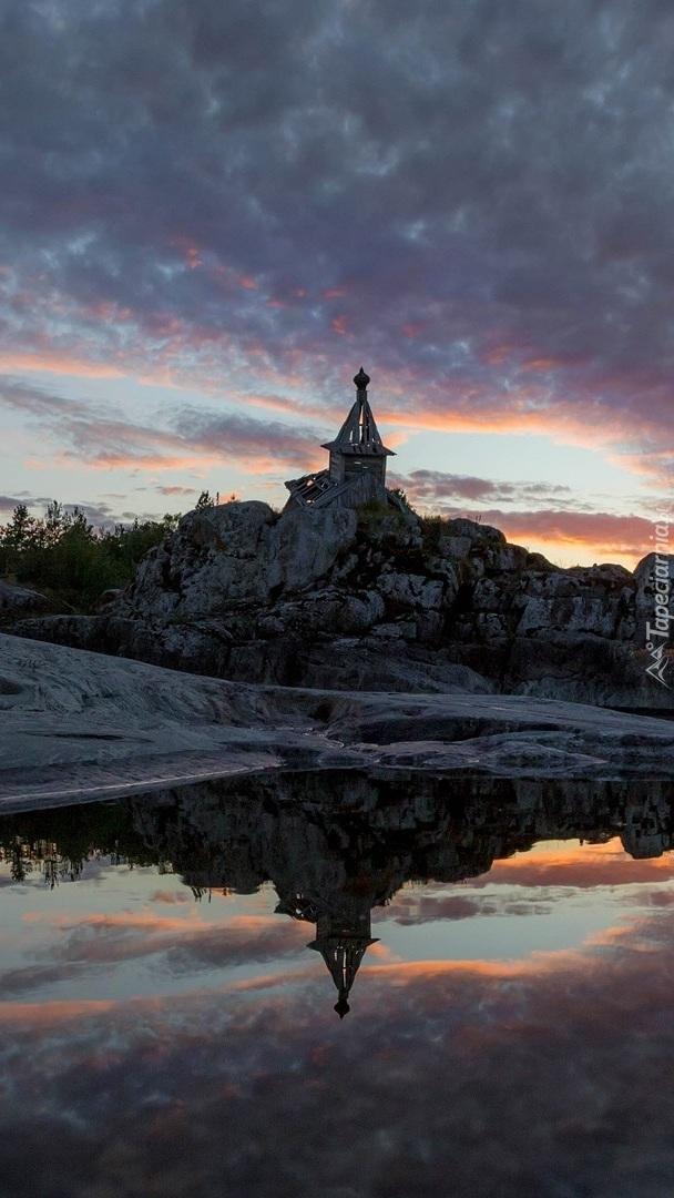 Ruina budowli na skałach