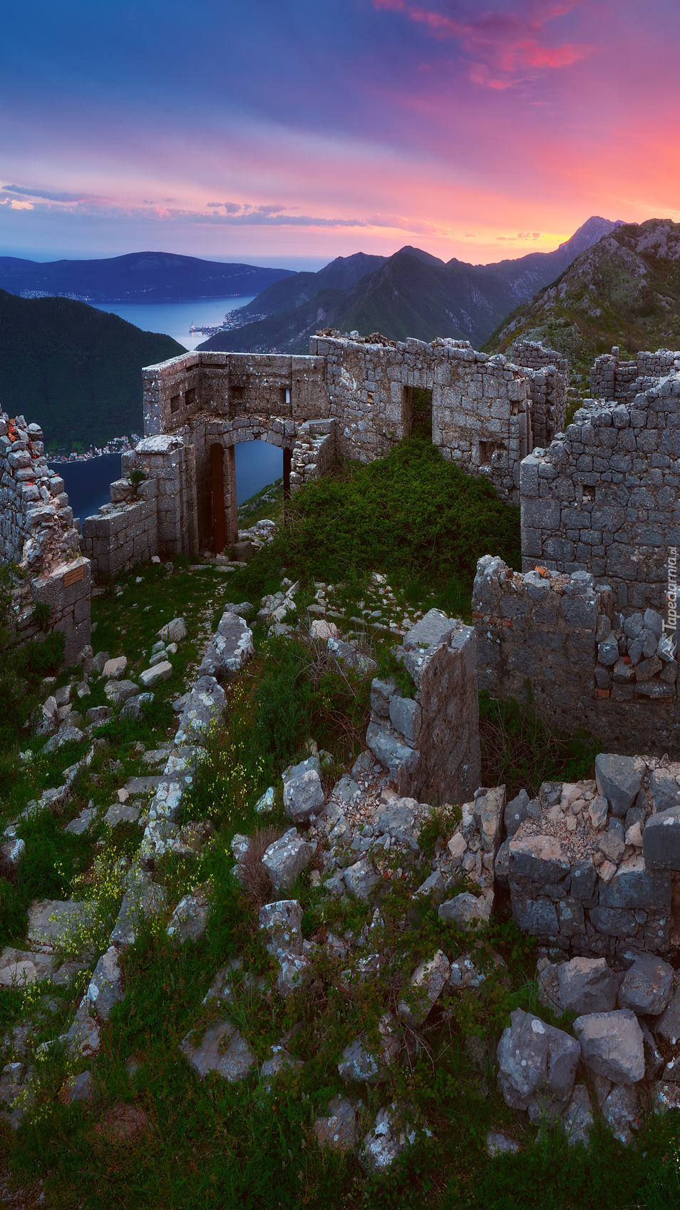 Ruiny nad zatoką Kotorską